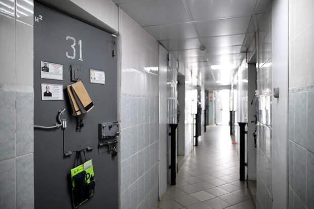 В Госдуме предложили запретить юристам проносить телефоны в колонии