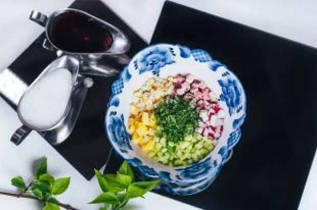 Как лучше нарезать овощи для окрошки: мелко или крупно?