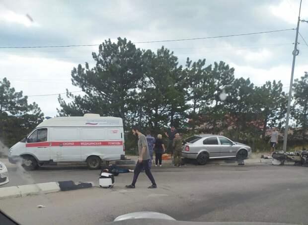 В Ялте легковушка столкнулась с мотоциклом: есть пострадавшие
