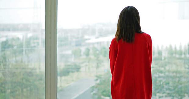 Девушка в красном у окна