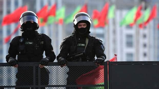 Вырывают камеры и изымают технику: в Беларуси силовики атаковали СМИ