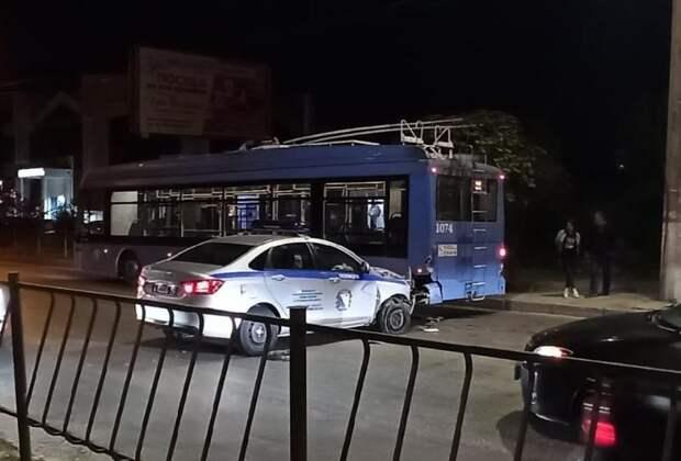 В Севастополе полицейская машина «затормозила» в троллейбус с пассажирами