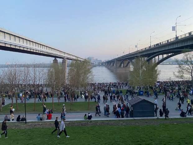 Сотни людей столпились на набережной, чтобы посмотреть салют в честь Дня Победы