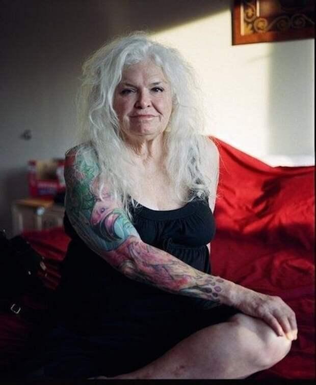 20 нестареющих душой пенсионеров, которые показывают, «как будет выглядеть твоя татуировка в старости»