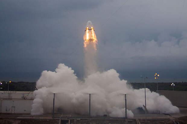 Корабль «Дракон» от SpaceX во время испытаний системы аварийного спасения экипажа / ©Wikimedia Common