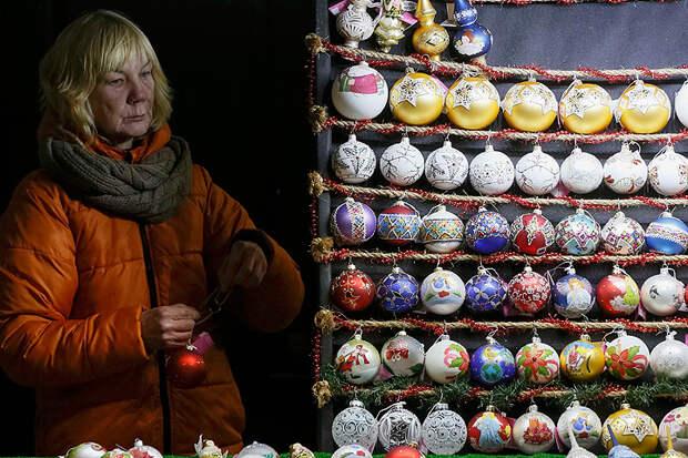 Продавщица новогодних украшений на Крещатике.