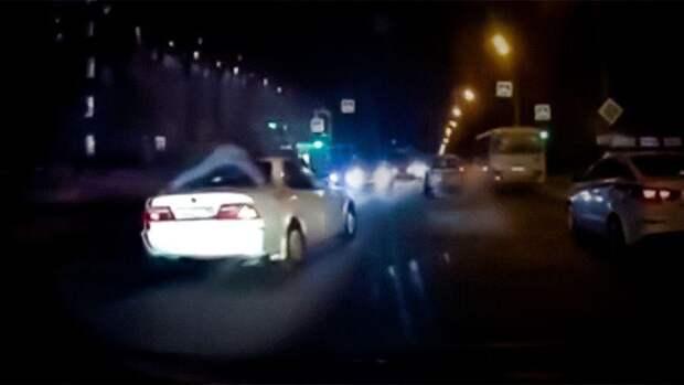 """""""Голливудская"""" погоня: в России полицейский три километра ехал на крыше автомобиля"""