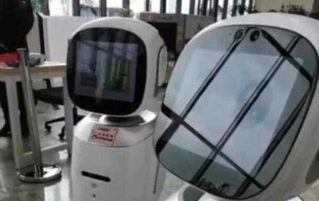 Китайские роботы-библиотекари чуть не подрались за клиента