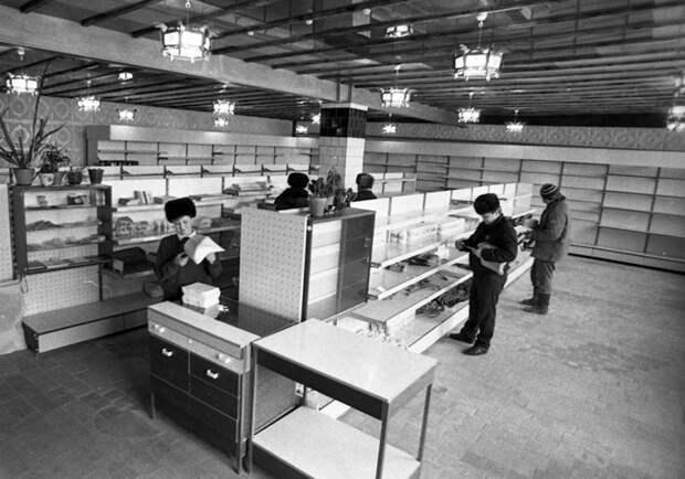Почему опустели полки советских магазинов