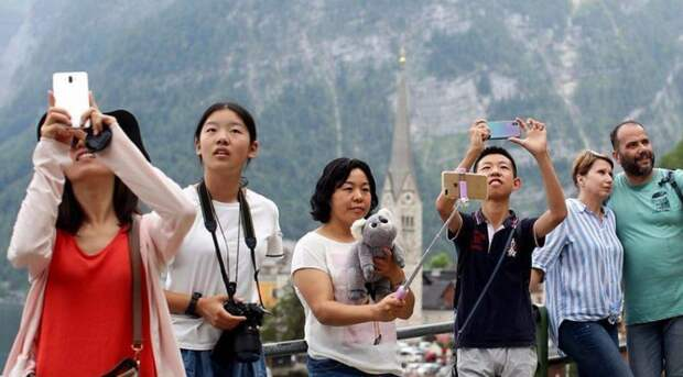 Селфи-ад вдействии: как туристы  стали бедствием для городка Гальштат