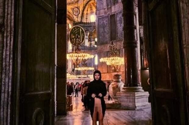 Скандально известной модели Playboy грозит тюрьма за обнаженное фото в турецкой мечети
