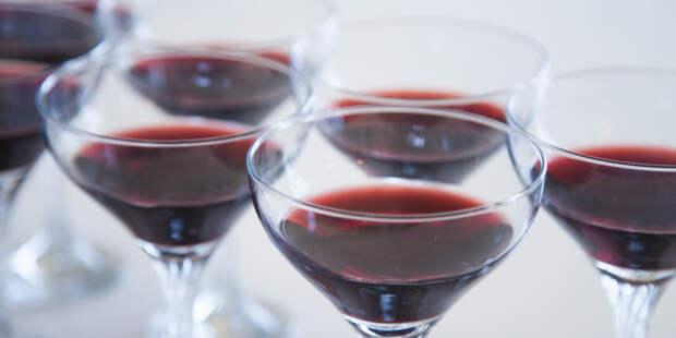 Британские ученые разрешили пить алкоголь после прививки от COVID-19