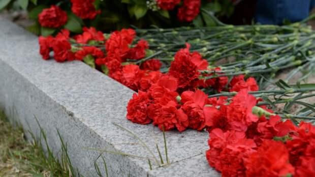Жители Севастополя возложили цветы в память о погибших в Казани