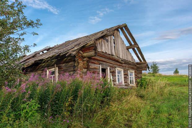 Заброшенный деревянный дом