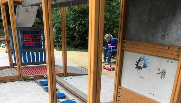 В сквере на Искры покрасили детскую площадку