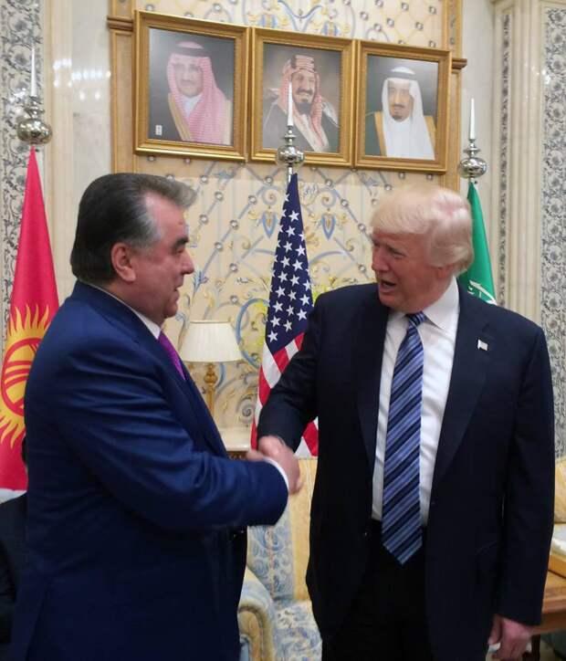 Президент Таджикистана чуть не оторвал Трампу руку