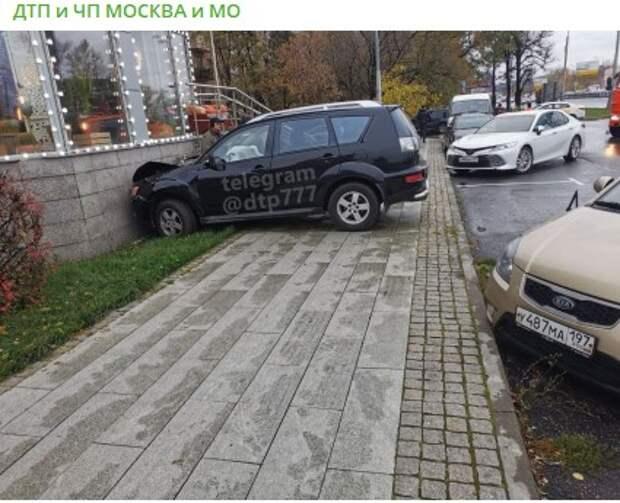 На Ленинградке водитель подправил террасу кафе
