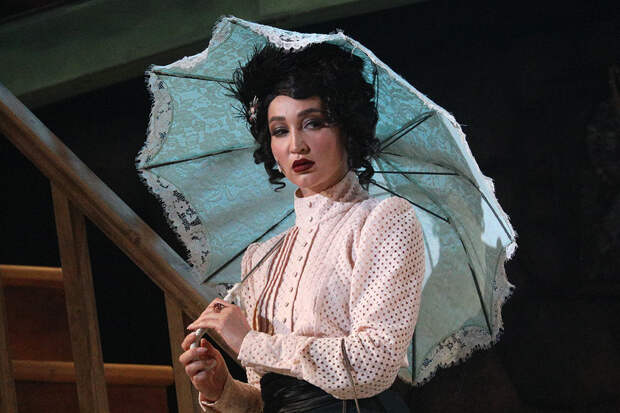 Бузова заработала в четыре раза больше Ахеджаковой за выход на сцену театра