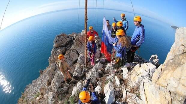 Артековцы водрузили на горе Аю-Даг флаг России