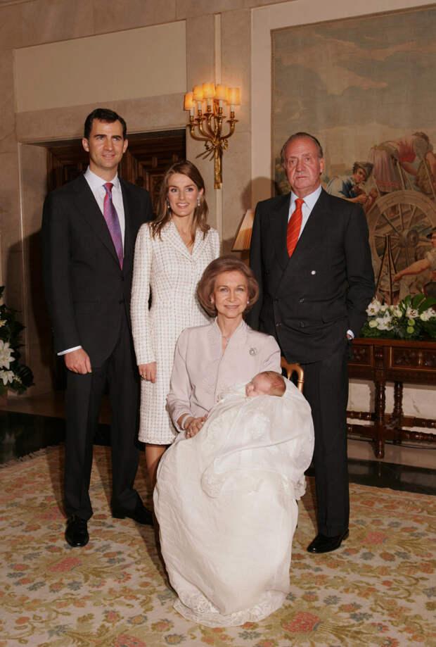 Принц Фелипе, принцесса Летиция, король Хуан Карлос и Мария Греческая с принцессой Леонор, 2006 год