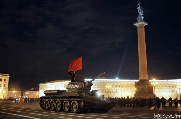 Танк Т-34 на репетиции военного парада в Петербурге в честь Дня Победы