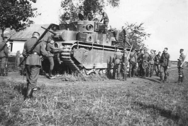 Немецкая фотография, враг рассматривает захваченный Т-35 летом 1941.