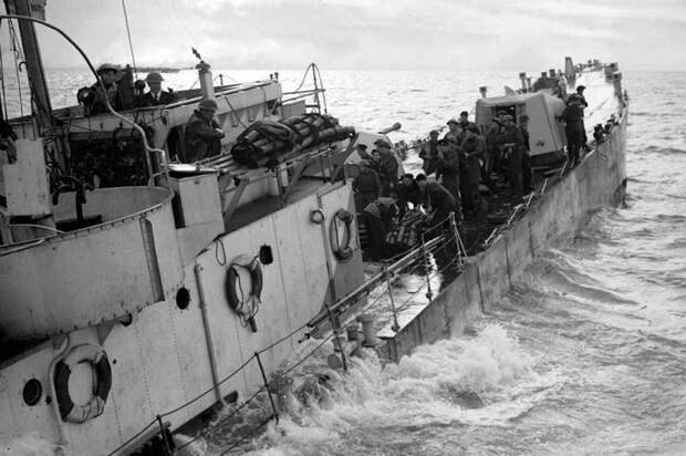 Экипаж лейтенанта Джорджа Фламанка покидает тонущее среднее вспомогательное десантное судно LCG(M) возле острова Валхерен. 1 ноября 1944 г. Великая отечественая война, архивные фотографии, вторая мировая война
