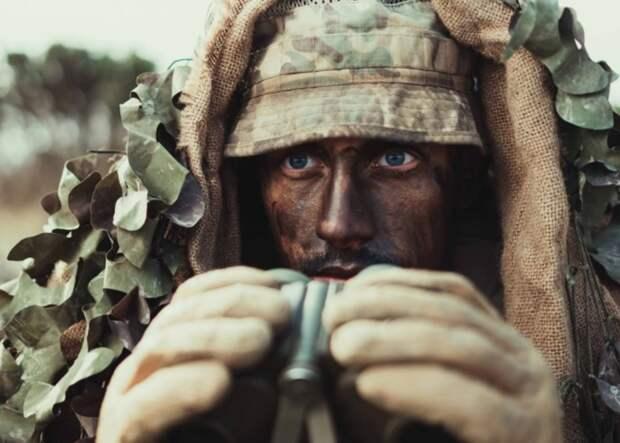 Британские солдаты снялись с ветераном и случайно изобразили похабный мем