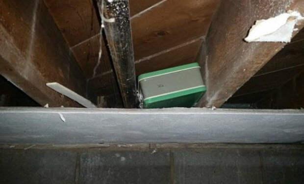 Семья начала снимать старую краску на потолке и нашла лаз в тайник наверху. За потолком лежал запечатанный чемодан и они решили его открыть