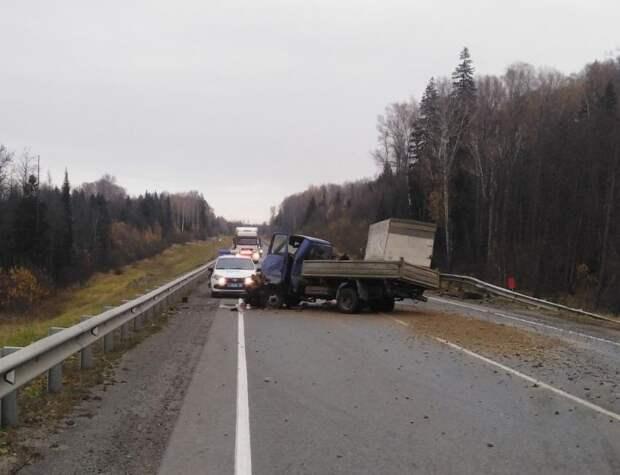 Два грузовика столкнулись под Ижевском из-за лопнувшего колеса