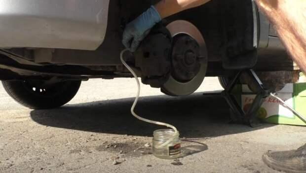 Как прокачать тормоза без обратного клапана и приспособлений