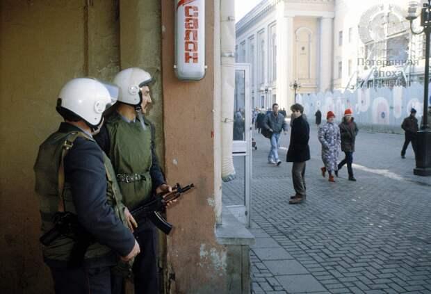 Бойцы отряда специального назначения готовятся брать преступников