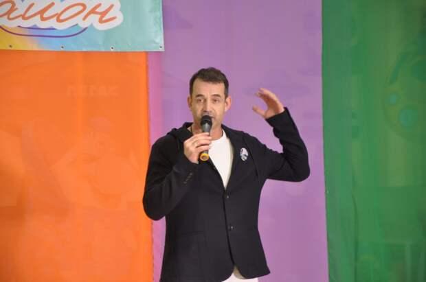Дмитрий Певцов поздравил участников конкурса «Мой район» с победой. Фото: Андрей Максимов