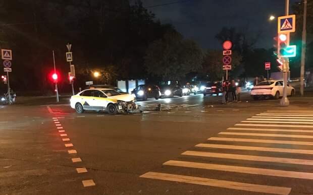 Авария с участием такси произошла на улице Свободы