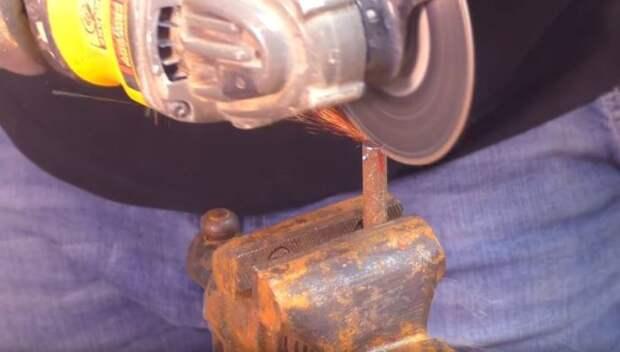 Сверлим отверстие и делаем надрез для цепи пилы. ¦Фото: youtube.com.