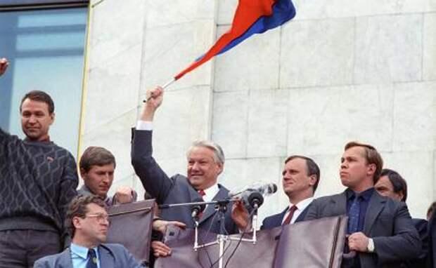На фото: на трибуне Президент РФ Борис Ельцин (в центре), 1991 год