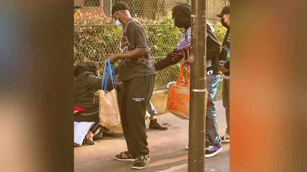 Нападающий «ПСЖ» Кин накормил бездомных мигрантов в Париже