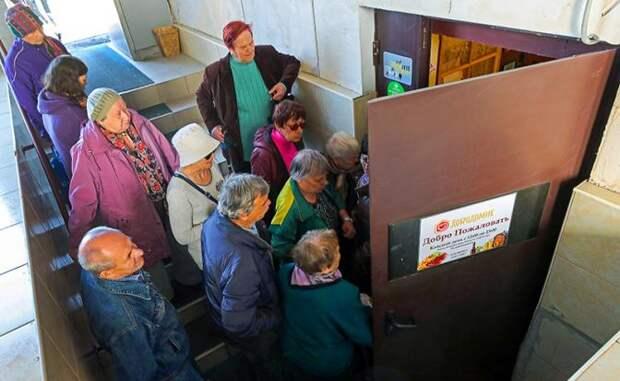 """На фото: пожилые люди у входа в кафе """"Добродомик"""", где проводятся бесплатные обеды для пенсионеров. Благотворительный проект реализуется с 2016 года"""