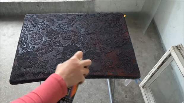 Мастерица покрасила стол и сделала невероятный узор с помощью самых простых материалов