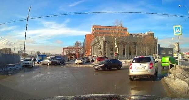 Жители пожаловались на стертую дорожную разметку в Нововладыкинском проезде