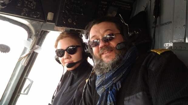 Таня в кабине вместе со своим папой, который тоже долго работал лётчиком