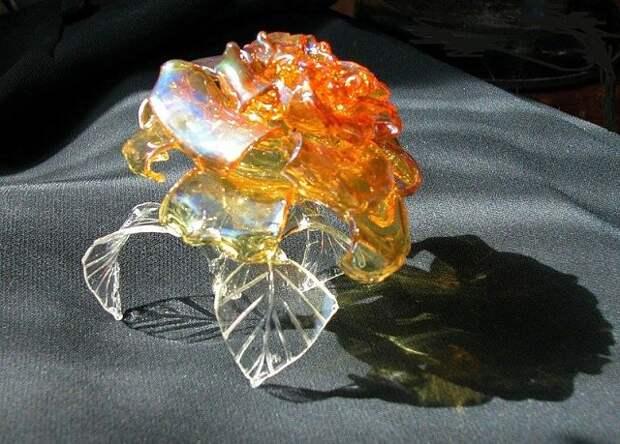 Розы из стекла - хрупкое, трудоемкое,но очень красивое творчество