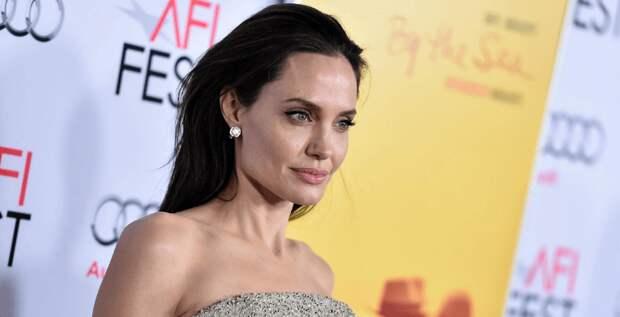 Анджелина Джоли поучаствовала в фотосессии с роем пчел на теле