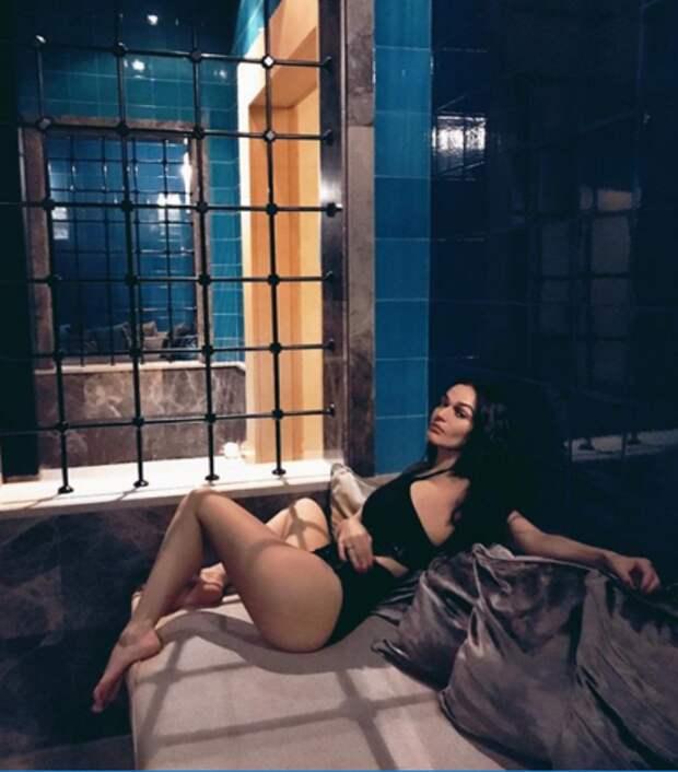Обнажённая Алёна Водонаева показала свою грудь и попу