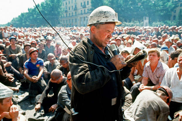 Забастовка шахтеров на Горбатом мосту, 1998 год.