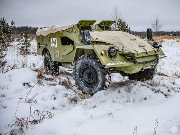 За новогодней ёлкой на броневике БТР-40