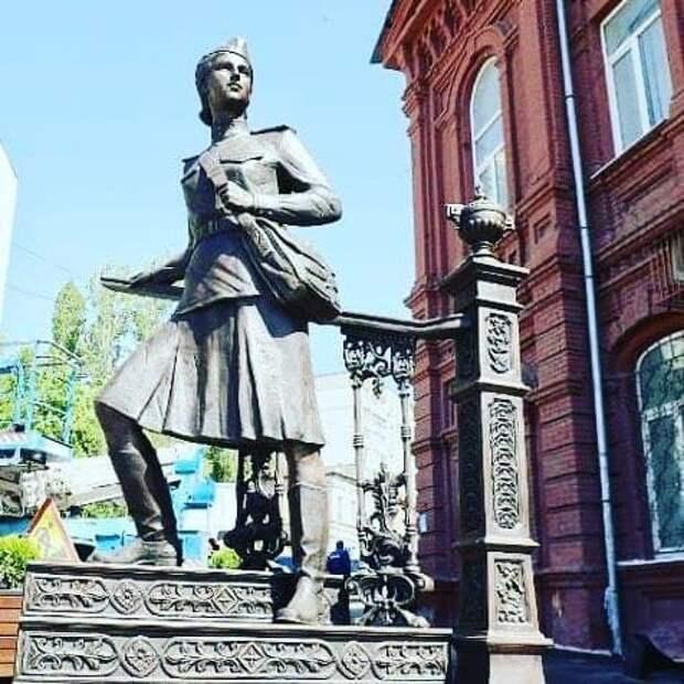 В Саратове установили памятник военной медсестре