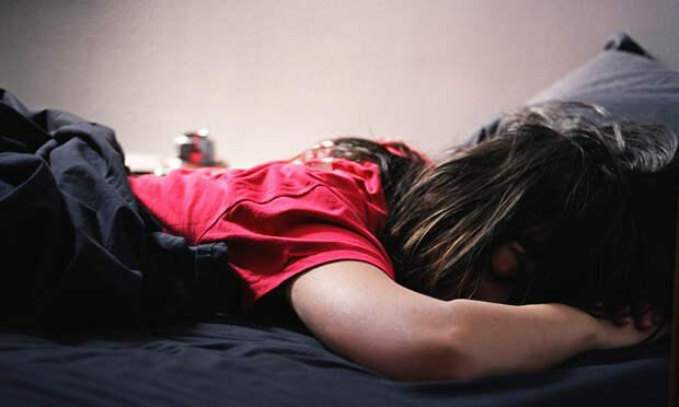 Муж укладывает спать пьяную жену..... Улыбнемся)))
