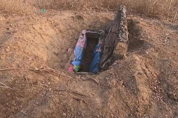 Семья выкопала труп умершей 12 лет назад дочери и выдала ее замуж за мертвеца