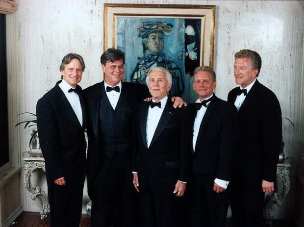Старое поколение уходит: Кирк Дуглас и другие звезды, которые ушли в историю
